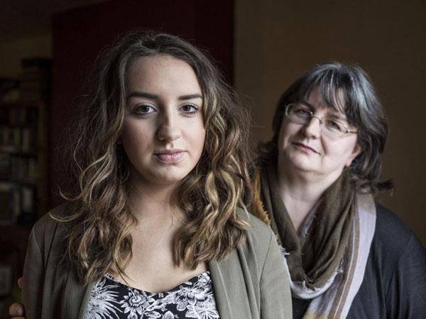 Emily Ryall is één van de vele duizenden tienermeisjes die sinds een routinevaccinatie aan een slopende ziekte lijden. Hier samen met haar moeder Caron.