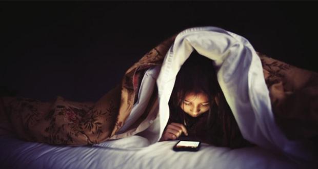 Licht van smartphone berooft tiener van nachtrust